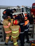 사고 차량에서 구조 안간힘