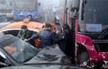 사고 버스에서 내리는 탑승객들