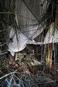 사당종합체육관 공사현장 천장 붕괴, 수색작업 벌이는 구조대원과 구조견