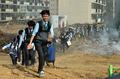 지진대피하는 학생들