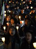 '성난 시민들, 촛불 들었다'