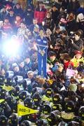 수의 입고 시민들 앞에 선 대통령