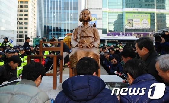 부산 위안부 소녀상 '4시간 만에 끝내 철거'