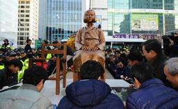 부산 일본영사관 앞 위안부 소녀상 '4시간 만에 끝내 철거'