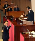 정세균 국회의장에게 항의하는 정진석 원내대표