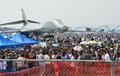 미전략폭격기 '랜서'와 에어쇼 관람객들