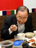 기승반씨 거제종친회 회원들과 식사하는 반기문