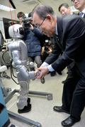 휴보 로봇과 악수하는 반기문