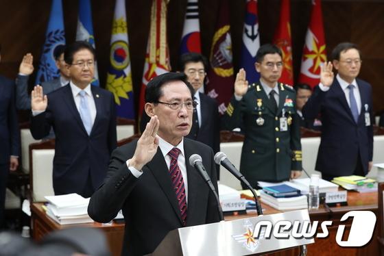 [국감] 송영무 국방부 장관 '선서'