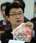 [국감] 주사기 들어보이는 정용기 자유한국당 의원