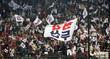 뜨거운 응원 펼치는 두산 팬들