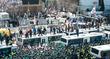 [탄핵인용] '탄핵 반발' 경찰버스 넘어다니는 시민들