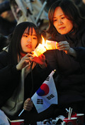 [탄핵인용]태극기 들고 촛불 붙이는 모녀