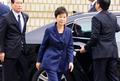 박근혜, 자택 앞선 엷은 미소…법원서는 긴장·침묵