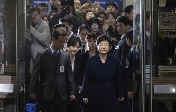 檢, 박근혜 18개 혐의로 구속기소…총 뇌물액 592억
