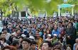 전남대 유세 지켜보는 광주 시민들