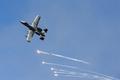 회피기동하는 A-10 공격기