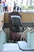 병원 건물로 돌진한 차량