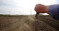 가뭄에 말라 바람에 날리는 흙