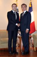 마누엘 마크롱 프랑스 대통령과 악수하는 문재인 대통령