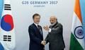 반갑게 악수하는 문재인 대통령 -나렌드라 모디 인도 총리