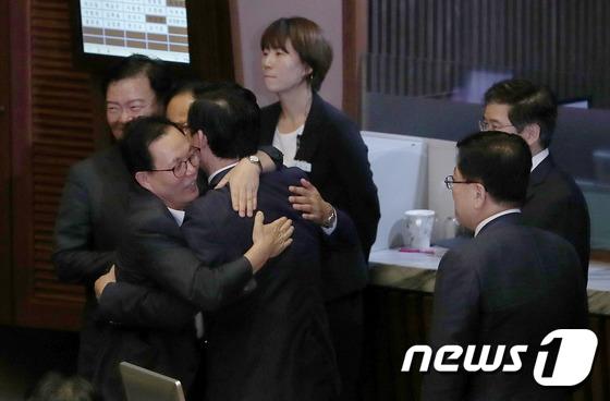 헌재소장 임명동의안 부결 '얼싸안은 자유한국당'
