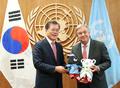 UN 사무총장에게 동계올림픽 마스코트 선물하는 문재인 대통령