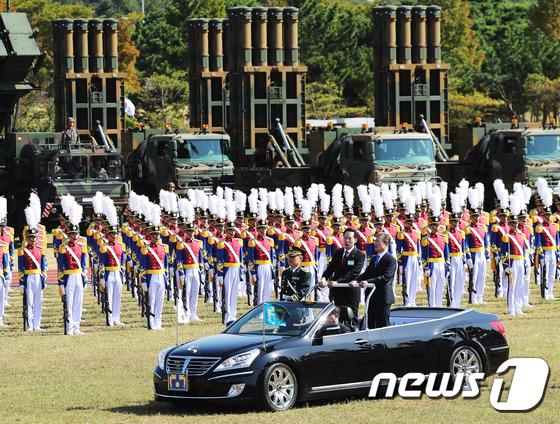 북 억제 전략무기 사열하는 문재인 대통령