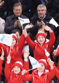 북한 응원단 바라보는 문재인 대통령