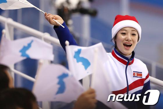 북한 응원단 '돋보이는 미모'