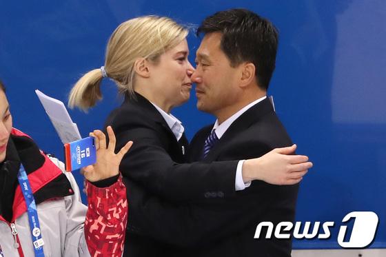 눈물 끌썽이며 포옹하는 세라 머리·박철호...'단일팀 역사속으로'