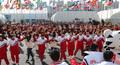 응원단 연주에 맞춰 강강술래 도는 북한 선수단