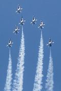 파란 하늘 배경으로 화려한 기동 선보이는 블랙이글스