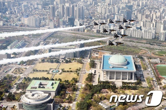국회의사당 상공 비행하는 공군 블랙이글스