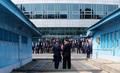 악수하는 문재인 대통령과 김정은 위원장