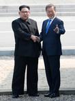문재인 대통령-김정은 위원장, 군사분계선서 역사적 악수