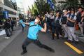 더불어민주당 당사 향해 계란 던지는 민주노총 조합원들