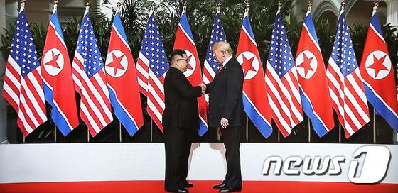 손잡은 트럼프·김정은...북·미 정상회담 시작됐다