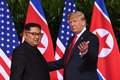 [사진] 트럼프와 김정은의 역사적 첫 만남
