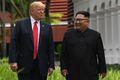 [사진] 산책하는 김정은과 트럼프 '화기애애'