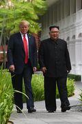 [사진] 밝은 표정으로 산책하는 김정은과 트럼프