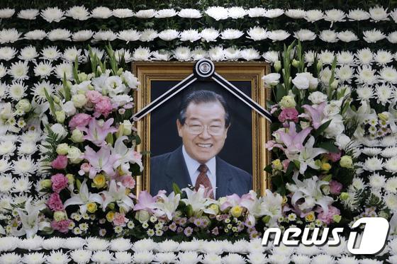 영정 속 미소짓는 김종필 전 총리