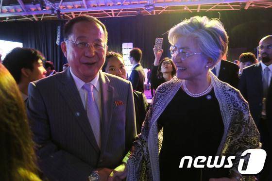 손잡은 남-북 외교장관
