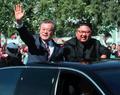 평양 시민향해 미소 짓는 남북 정상