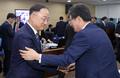 [국감] 악수하는 홍남기 부총리와 유승민 바른미래당 의원