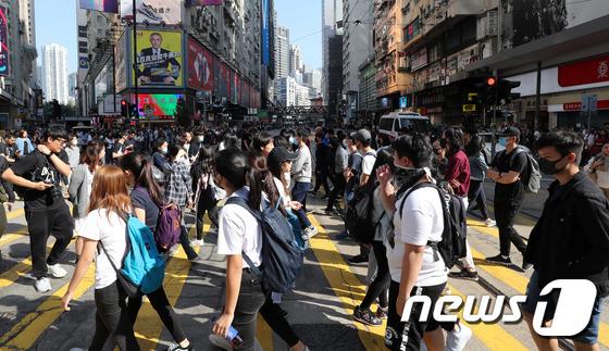 홍콩 경찰 규탄하는 게릴라 시위