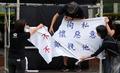 퍼포먼스하는 홍콩 시민들