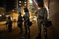 홍콩 몽콩역 은근서 경계근무 서는 경찰