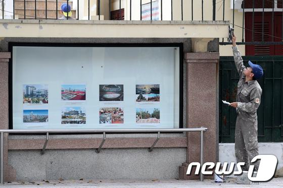 김정은 위원장 사라진 北 대사관 '어떤 사진으로 바꿀까?'