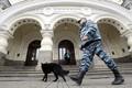 경찰견 투입해 수색 나선 러시아 경찰
